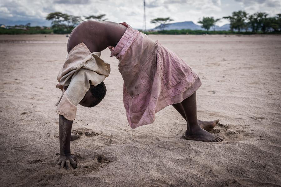 annuaire photographes suisse romande, Fillette dans un wadi, Kakum, Kenya - http://www.pierik.ch - Pierik de Neuchâtel