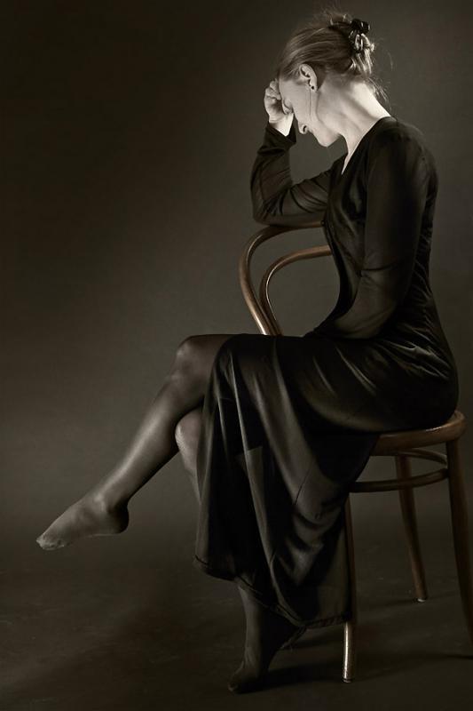 annuaire photographes suisse romande, Photographie en noir et blanc d'un modèle posant sur une chaine - Studio photo tempsdepose.ch - http://www.tempsdepose.ch - William Andrey de Genève