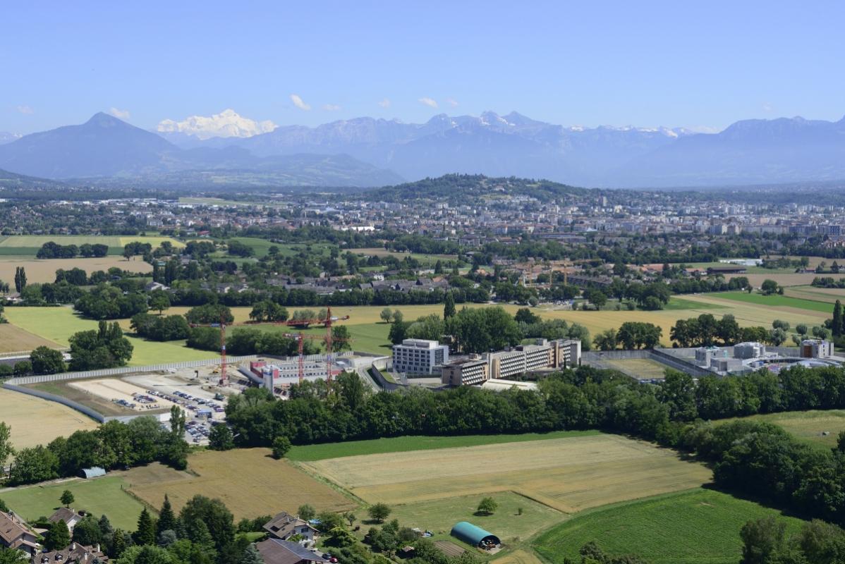 annuaire photographes suisse romande, Champ Dollon avec le Mt.Blanc au fond - http://www.highflycam.com/ - HighFlyCam de Genève