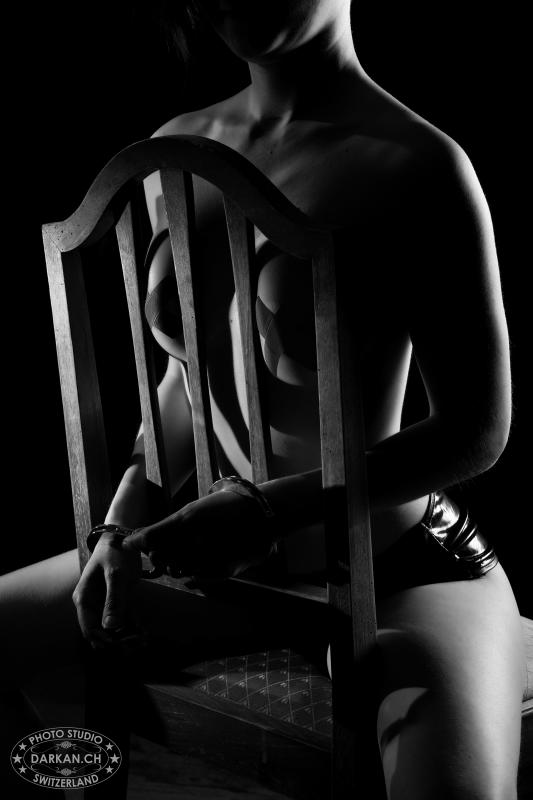 annuaire photographes suisse romande, DARKAN - Menottée à une chaise - http://www.darkan.ch - DARKAN de Neuchâtel