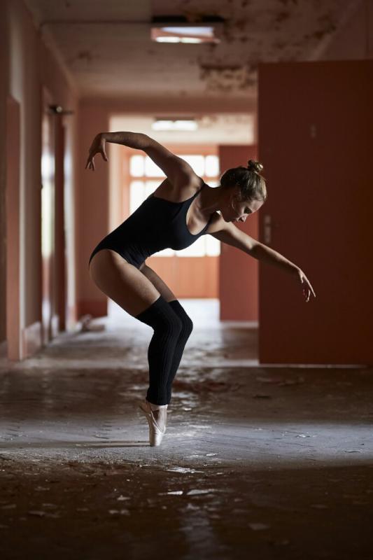 annuaire photographes suisse romande, Ballerine en pointe dans un hotel abandonné urbex - http://www.fredvaudroz.com - FredVaudroz de Montreux