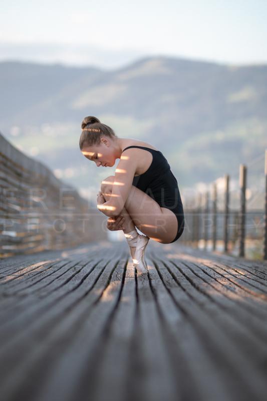 annuaire photographes suisse romande, Danseuse de ballet accroupie en pointe sur un vieux pont en bois au levé du soleil - http://www.fredvaudroz.com - FredVaudroz de Montreux