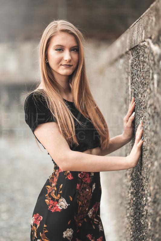 annuaire photographes suisse romande, Anita, modèle brune pose lifestyle contre un mur - http://www.fredvaudroz.com - FredVaudroz de Montreux