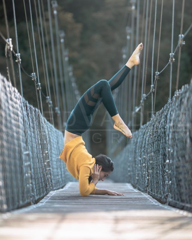 annuaire photographes suisse romande, Sabrina, modèle brune pose artistique armstand sur un pont suspendu - http://www.fredvaudroz.com - FredVaudroz de Montreux