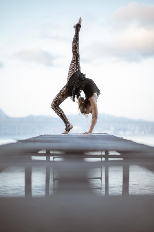annuaire photographes suisse romande, Claire, modèle artistique contortion au bout d'un ponton au levé du soleil au bord du lac - http://www.fredvaudroz.com - FredVaudroz de Montreux