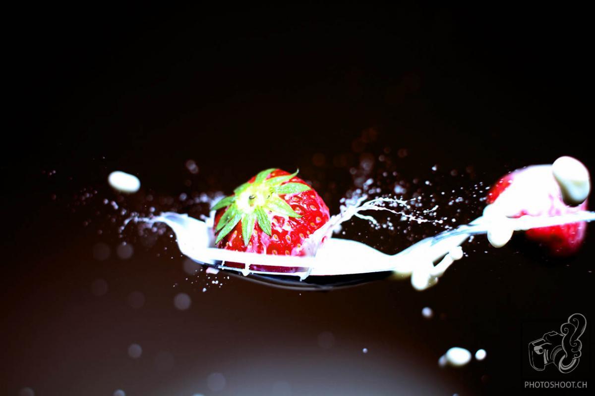 annuaire photographes suisse romande, Lâché de fraises sur cuillère de lait sauce au coup de flash - http://www.photoshoot.ch - Séb de Vevey