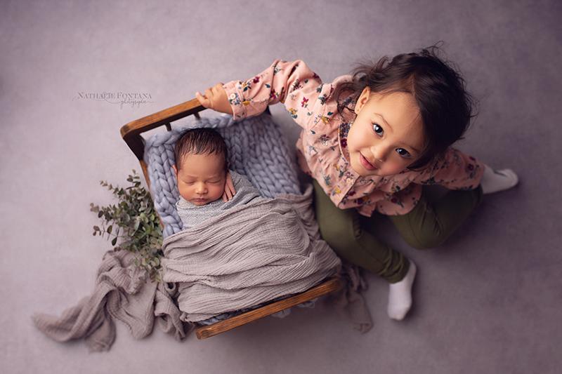 annuaire photographes suisse romande, les séances nouveau-né sont également l'occasion de prendre en photo vos aînés - http://www.nathaliefontana.ch - Nathalie Fontana de Genève
