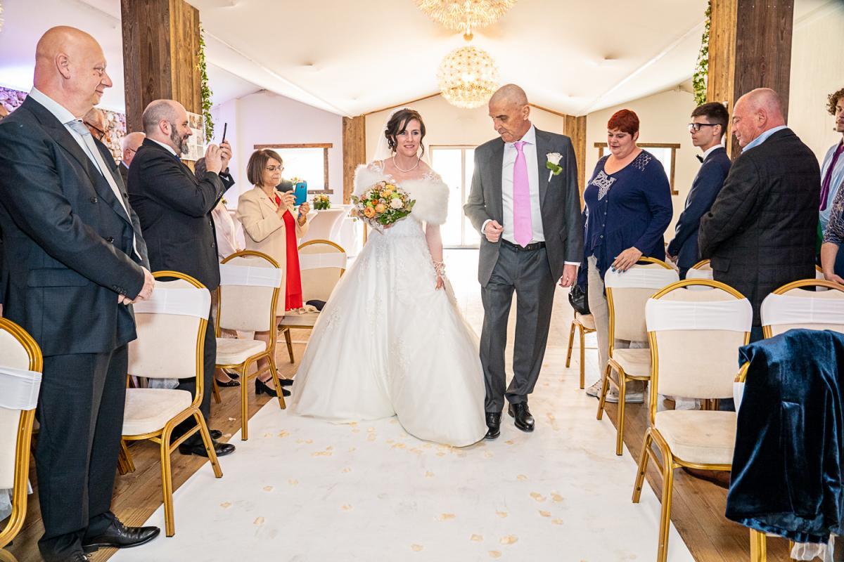 annuaire photographes suisse romande, Photographe mariage Geneve JPphotographies. Couple à leurs sortie de la cérémonie. Domaine de Collex mariage - http://www.jpphotographies.com - Pedja de Genève