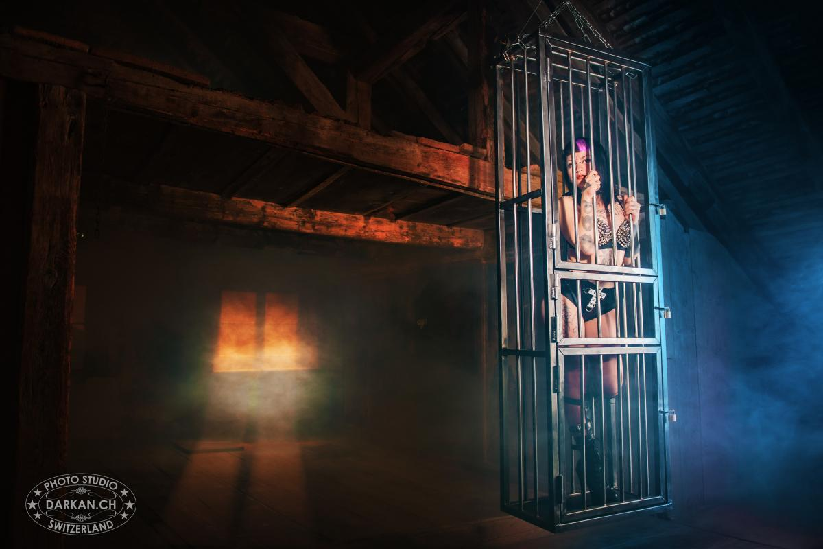 annuaire photographes suisse romande, DARKAN - Femme en cage - http://www.darkan.ch - DARKAN de Neuchâtel