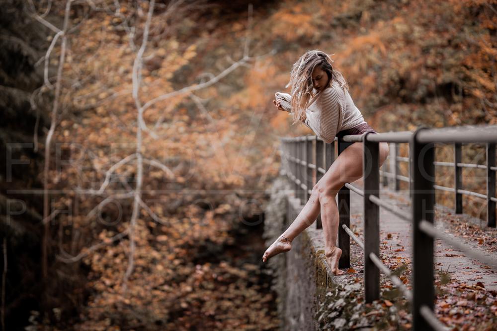 annuaire photographes suisse romande, Danseuse contemporaine accrochée à la barrière rouillée d'un vieux pont dans une forêt aux  couleurs d'automne - http://www.fredvaudroz.com - FredVaudroz de Montreux