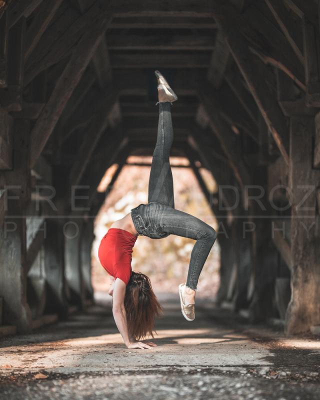 annuaire photographes suisse romande, Sabrina, modèle brune pose artistique handstand sur un vieux pont en bois habit lifestyle - http://www.fredvaudroz.com - FredVaudroz de Montreux