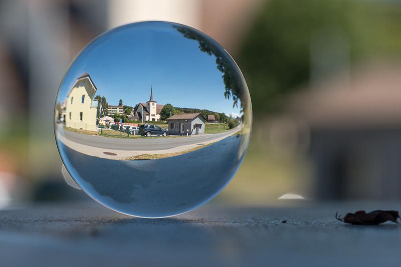 annuaire photographes suisse romande, Mon village bouleversant - L'église de Courtepin capturée dans une sphère de cristal, depuis la maison communale. - http://philippe.belazp.com/ - Le Meuh de Courtepin