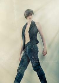 Tout corps, habits noirs, lumière, cheveux courts par IsaSch de http://vimeo.com/95113797