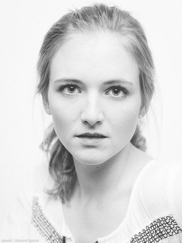 Portrait noir et blanc d'Olivia par Vincent Sastre de http://www.36poses.ch